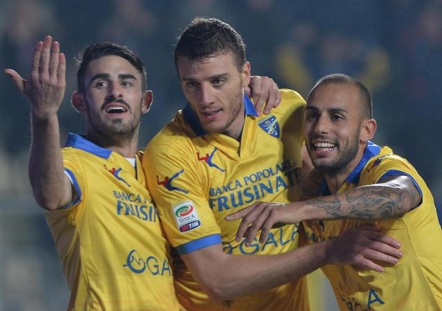 Frosinone Calcio's Daniel Ciofani (C) celebrates with teammates, after scoring the 1-0 gol, during Italian Serie A soccer match, Frosinone Calcio vs Carpi FC, at the Matusa stadium in Frosinone, Italy, 28 October 2015.               ANSA / MAURIZIO BRAMBATTI