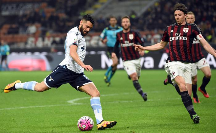 Lazio's midfielder Antonio Candreva (L) kicks teh ball past AC Milan's midfielder Riccardo Montolivo during their Serie A soccer match at the Giuseppe Meazza stadium in Milan, Italy, 20 March 2016. ANSA/DANIEL DAL ZENNARO