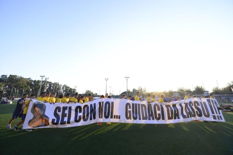 Lo striscione dedicato a Cristina Varani portato in campo dai ragazzi del Racing Club durante la cerimonia di presentazione